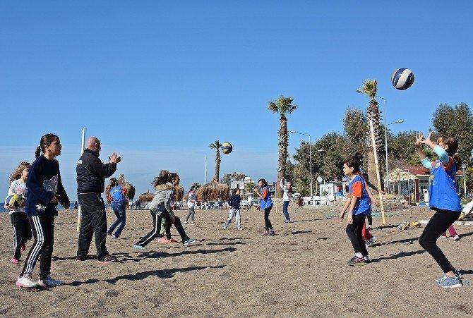 Salonları Sığınmacılara Tahsis Edilen Minikler Kumsalda Antrenman Yaptı