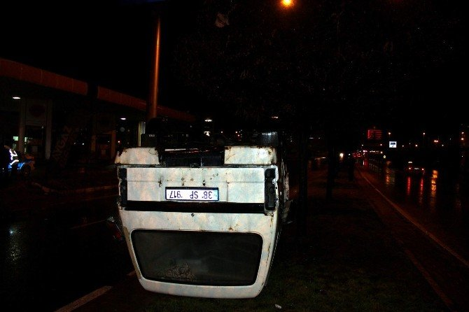 Direksiyon Hakimiyeti Kaybolan Minibüs Takla Attı
