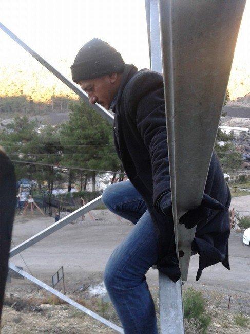 İşten Çıkarılan Madenciler Yüksek Gerilim Hattına Çıktı