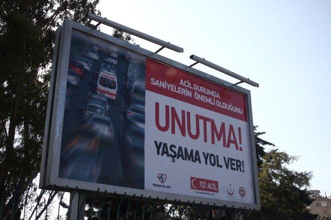 """""""Yaşama Yol Ver"""" Afişleri Adana'da"""