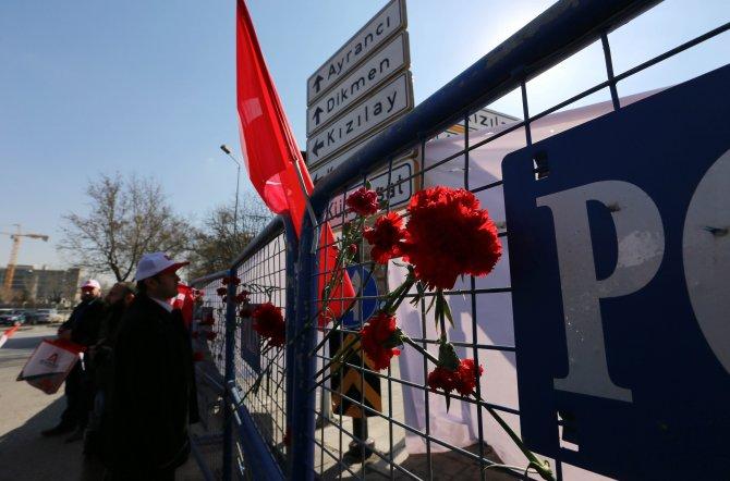STK'lar Ankara'daki patlama noktasına karanfil bıraktı