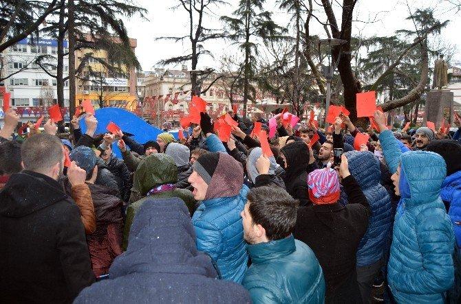 Trabzonspor Taraftarından Kırmızı Kartlı Protesto