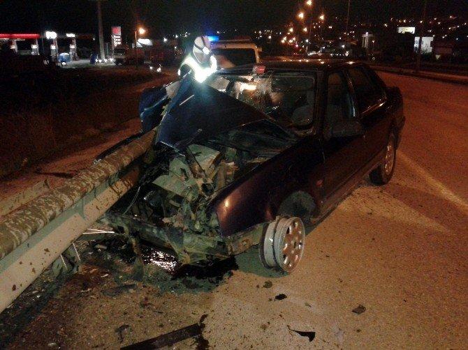 Otomobil Bariyerlere Saplandı: 1 Yaralı
