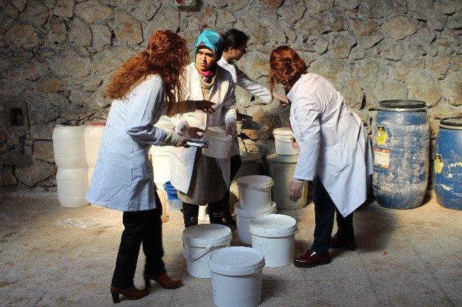 Ceyhan'da Öğretmen Ve Öğrenciler Boya Üretiyor