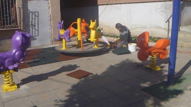 Çocukların Güvenliği İçin Şehitler Parkı Zemini Kauçuk Malzeme İle Kaplanıyor
