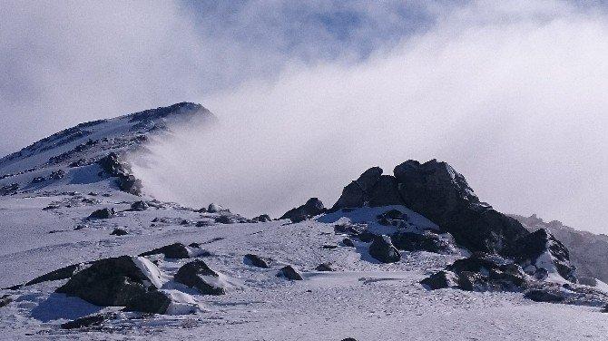Bulutların Üstündeki Zirve