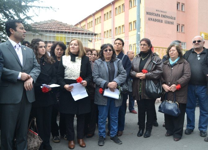 CHP İl Teşkilatı Cansel'in Okuduğu Okulun Önüne Karanfil Bıraktı