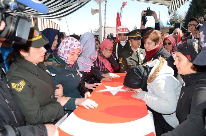 Şehit Karabulut'u Akşehir'de binlerce kişi son yolculuğuna uğurladı