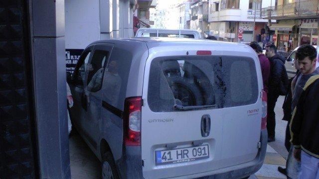 Akçakoca'da Freni Boşalan Araç Dükkana Girdi