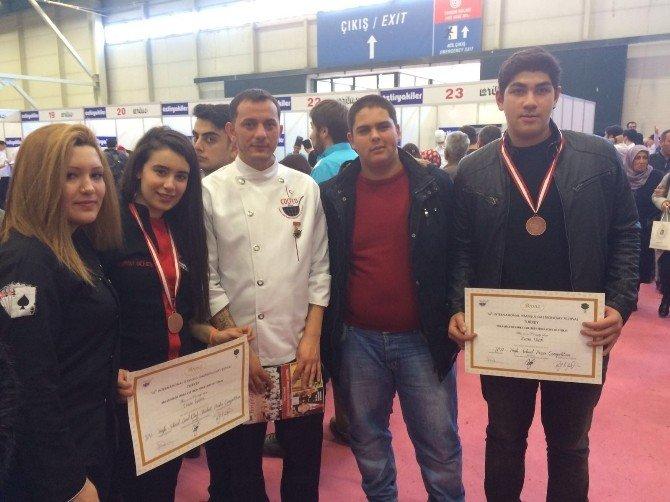 Foçalı Genç Aşçılar İstanbul'dan Madalyalarla Döndü