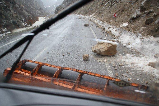 Hakkari'de Karayoluna Düşen Kayalar Korkuttu