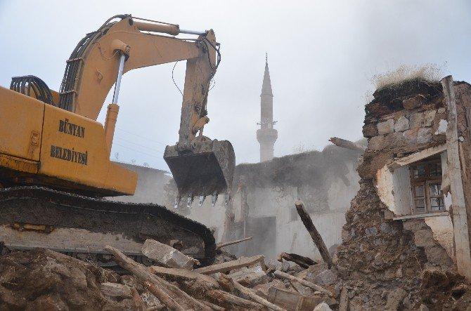 Bünyan Belediyesi 4 Mahallede 74 Metruk Yapıyı Yıktı
