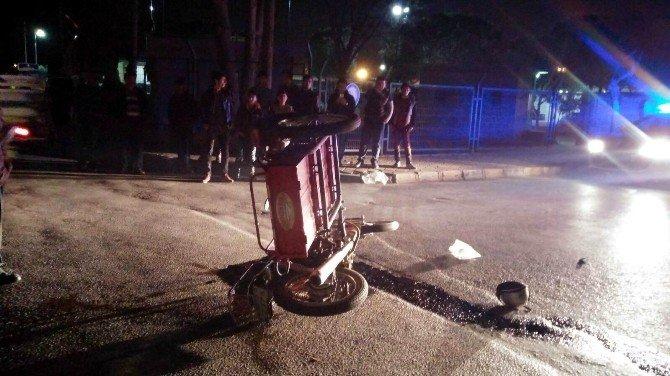 Salihli'de Sepetli Motosiklet Devrildi: 2 Yaralı