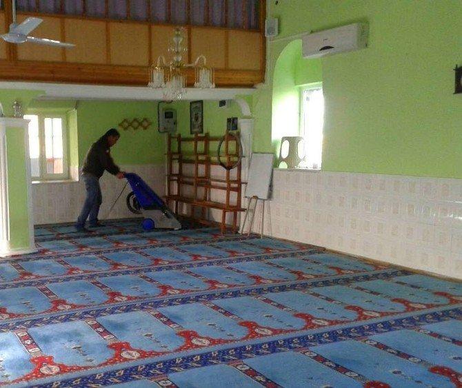 Yunusemre'de Camiler Temizleniyor