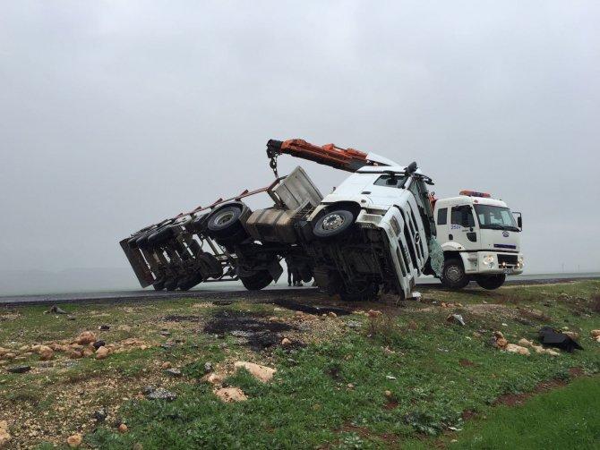 TIR yol ortasına devrildi, şoför yaralandı