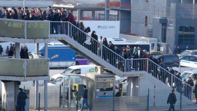 Metrobüs yoğunluğu üst geçidi kilitledi