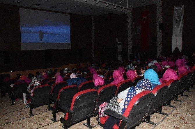 Öğrenciler Ücretsiz Sinema İzledi