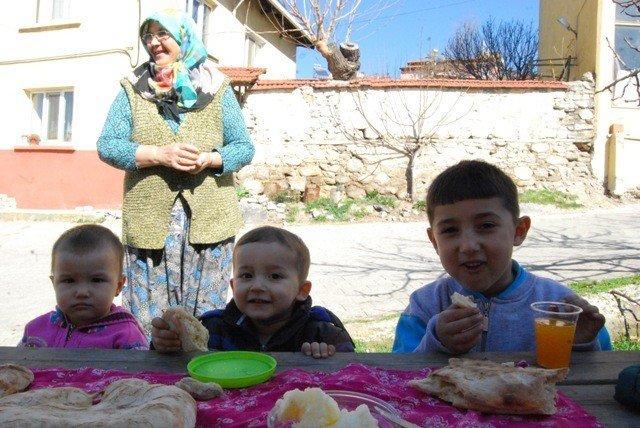 Orhaneli Kadını Ekmeğini Taştan Çıkartıyor