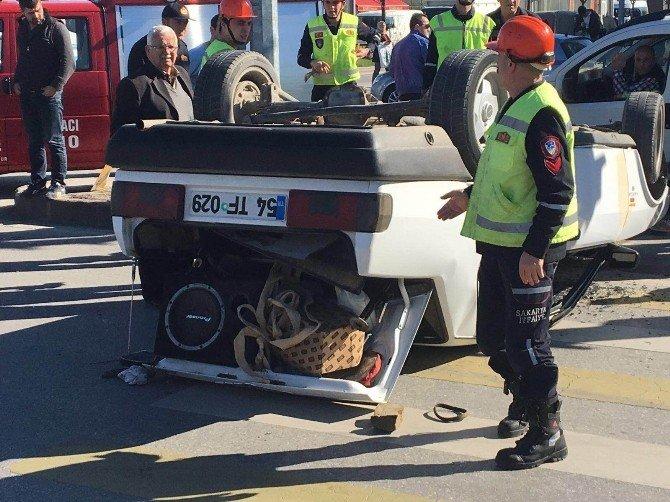 Direksiyon Hakimiyetini Kaybeden Sürücü Tabelaya Çarpıp Ters Döndü