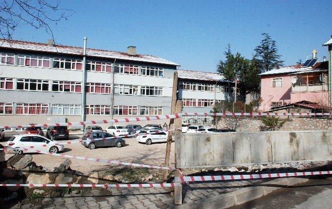 Tokat'ta Okulun İstinat Duvarı Çöktü