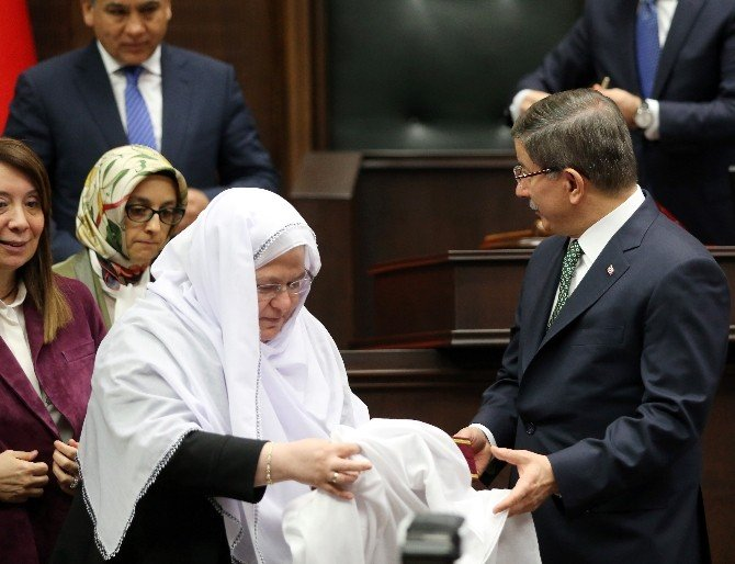 Davutoğlu'na Kur'an-ı Kerim Hediye Eden Kadın Belediye Başkanı İlgi Odağı Oldu