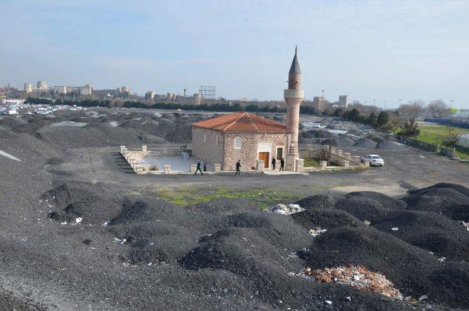 200 yıllık cami, molozlara gömüldü