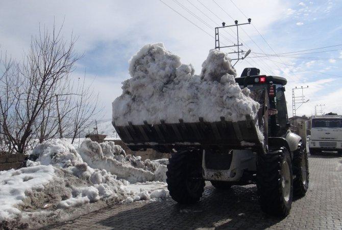 Tatvan'da kar yığınları kamyonlarla ilçe dışına taşınıyor