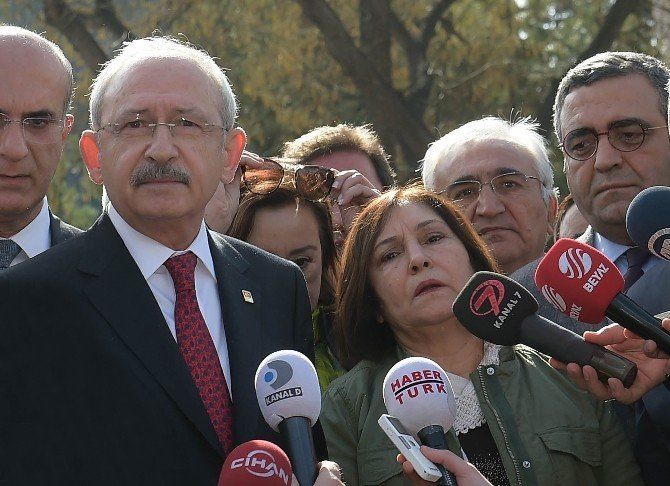 Kılıçdaroğlu, Patlamanın Meydana Geldiği Alana Hayatını Kaybedenler İçin Karanfil Bıraktı