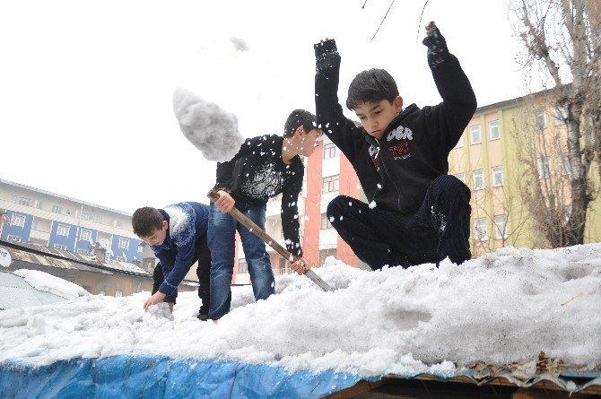 Çocukların Sıcak Havada Kar Keyfi