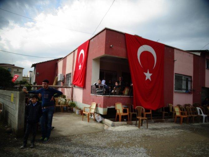 Şehit Yetkin Ersan'ın Payas'daki baba evi bayraklarla donatıldı