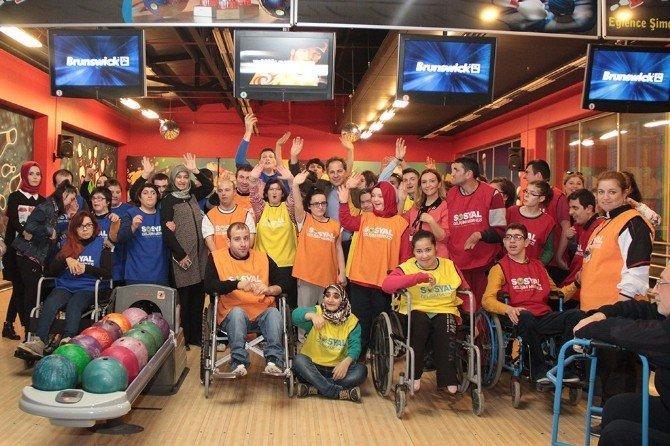 'Engelleri Yıkalım Bowling Turnuvası'nda İlk Gün Müsabakaları Renkli Görüntülere Sahne Oldu