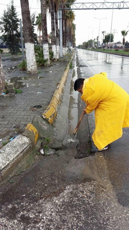 İskenderun'da tıkanan yağmur kanalları açıldı