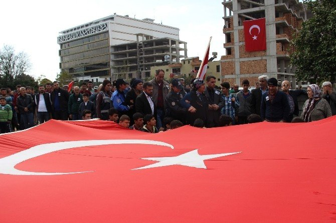 Türk Bayraklarıyla Yürüyen Gençleri Şehidin Annesi Karşıladı