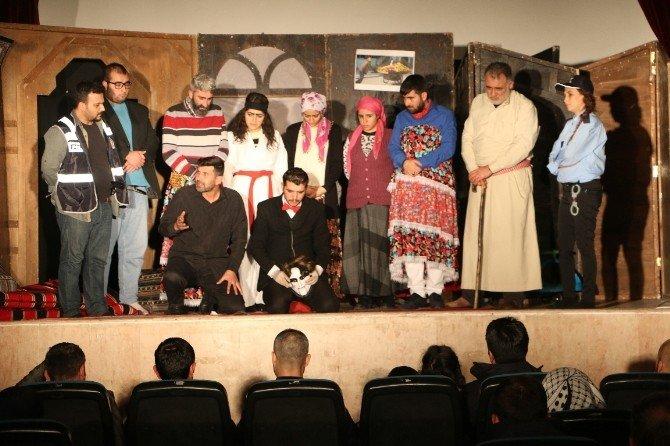 İlçelerdeki Vatandaşlardan Tiyatroya Yoğun İlgi