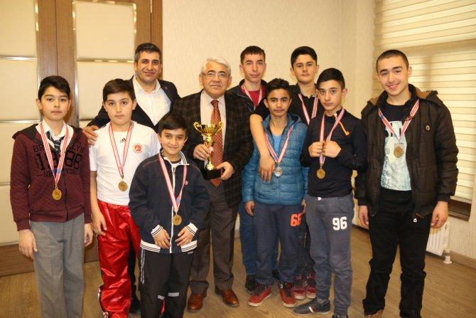 Kick Boks takımı Başkan Karaçanta'yı ziyaret etti