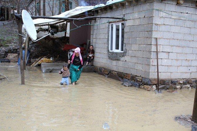 Menfez Tıkanınca Ev Sular Altında Kaldı