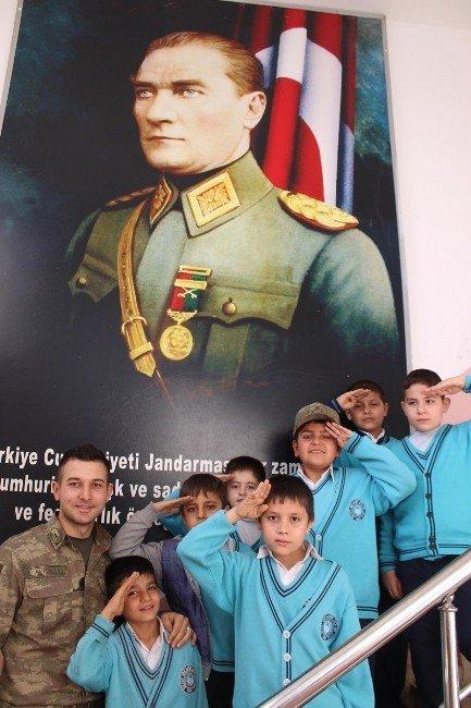 Öğrencilerden Mehmetçiğe Anlamlı Ziyaret