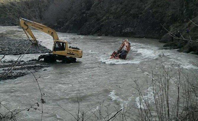 Çatalpınar'da İş Makinesi Irmağa Uçtu: 1 Yaralı