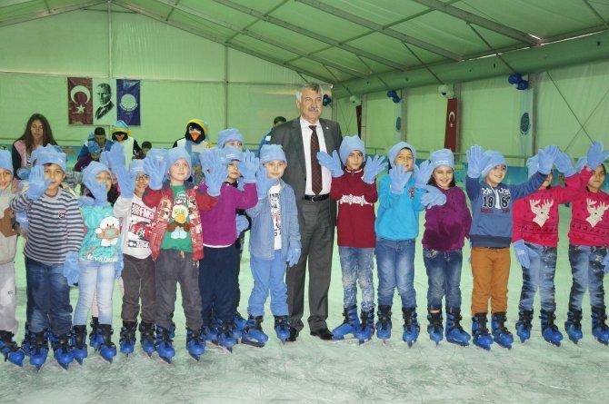 Adanalılar 20 derece sıcakta buzda kaymanın keyfini çıkardı