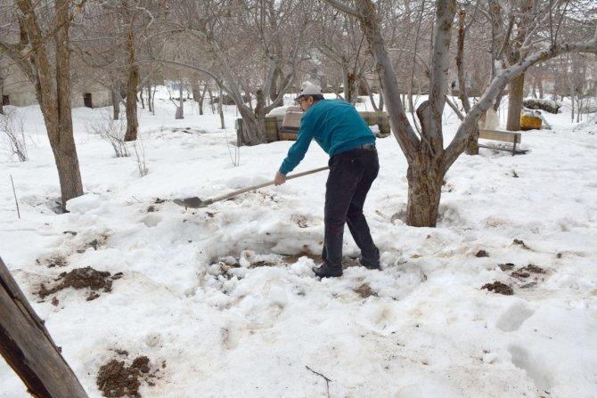 Bitlisliler kar altında kaybolan kışlık yiyeceklerini arıyor