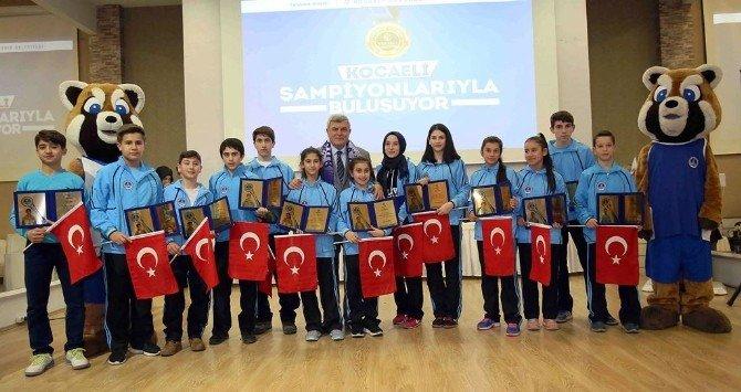 Kağıtsporlu Şampiyonlar Ödüllendirildi