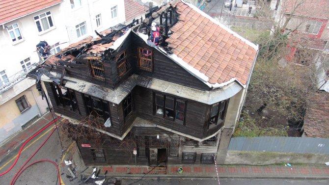 Tarihi bina kül oldu