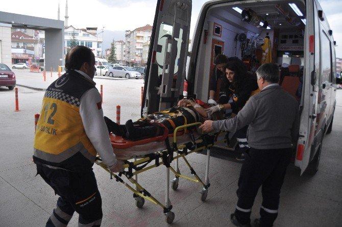 Park Halindeki Tır'a Çarpan Kamyon Şoförü Ağır Yaralandı