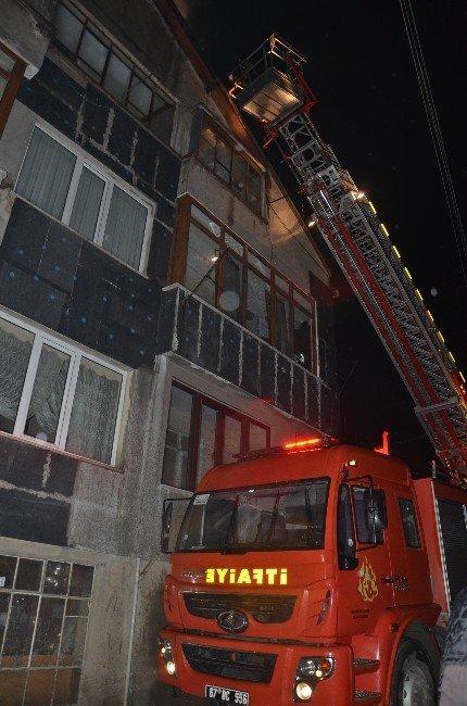 Çatı Katındaki Yangın Paniğe Neden Oldu