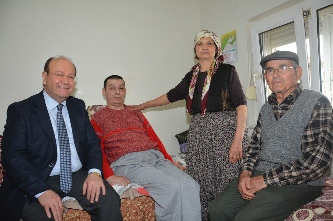 Başkan Özakcan, Akülü Sandalye Hediye Etti