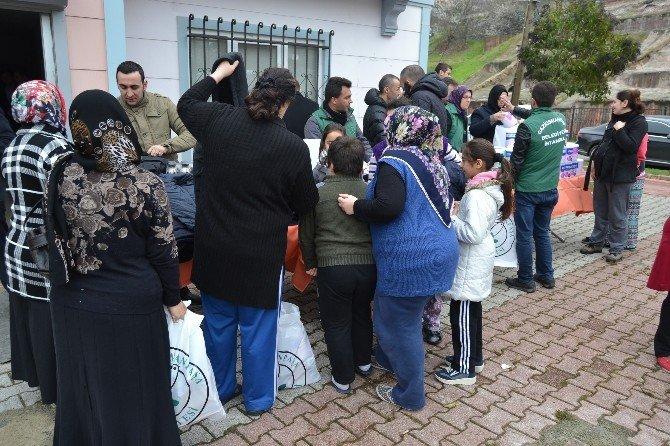 Gaziosmanpaşa'da Suriyeli Ailelere Bebek Maması Ve Eşya Yardımı