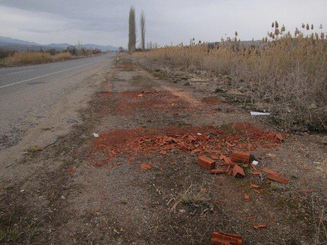 Kamyon Kasalarındaki Atıklar Yol Kenarlarına Boşaltılıyor