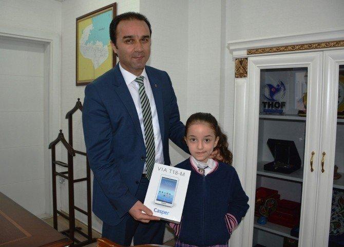Kitap Okuma Yarışmasında Dereceye Giren Öğrenciler Ödüllendirdi