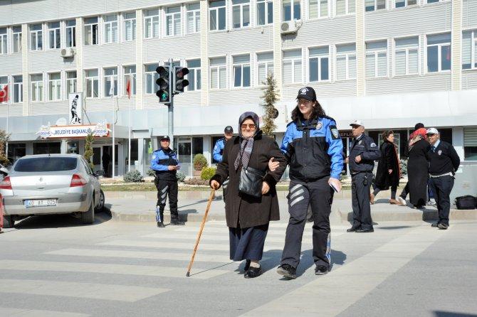 Polisten vatandaşlara uygulamalı trafik ışığı eğitimi