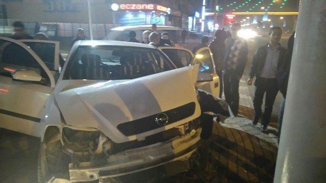 Malatya'da Otomobil Direğe Çarptı: 3 Yaralı